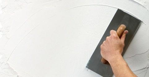 plâtrer des murs intérieurs humides